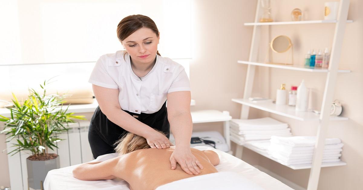 Making relaxing massage in beauty salon